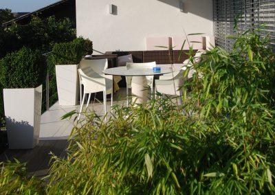 efh_sierning_terrasse-mit-pflanzen-und-sitzbereich
