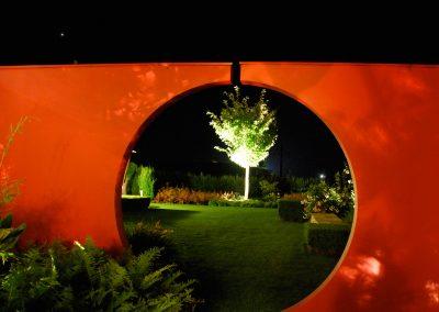 licht_gartengestaltung_torbogen-in-abendstimmung-mit-gartenbeleuchtung_800x600